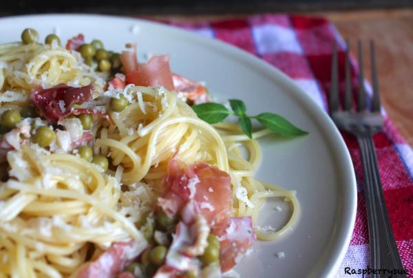 schnelle herbst pasta spaghetti mit erbsen und prosciutto raspberrysue. Black Bedroom Furniture Sets. Home Design Ideas