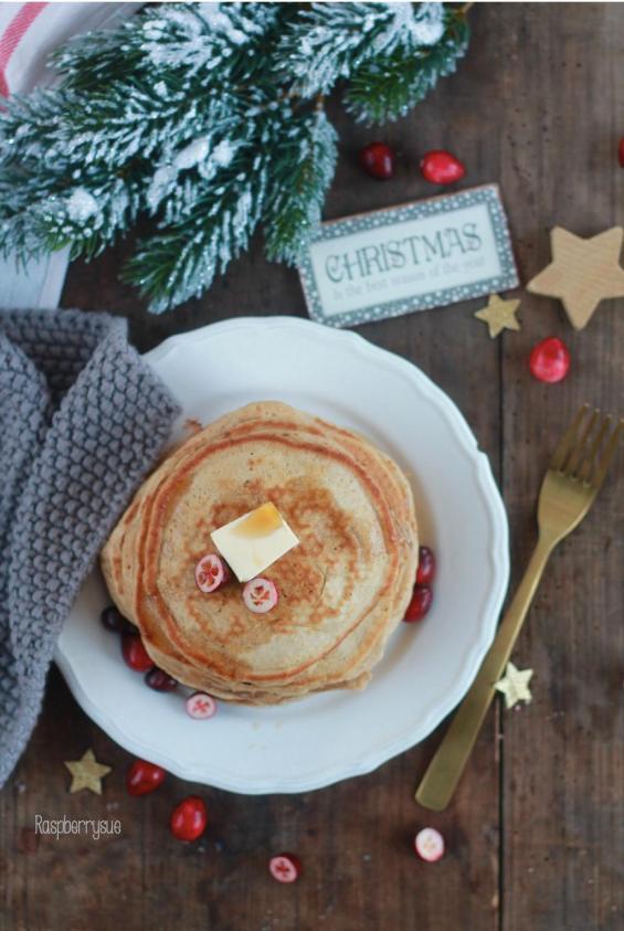 cranberry-zimt-pancakes-mit-ahornsirup