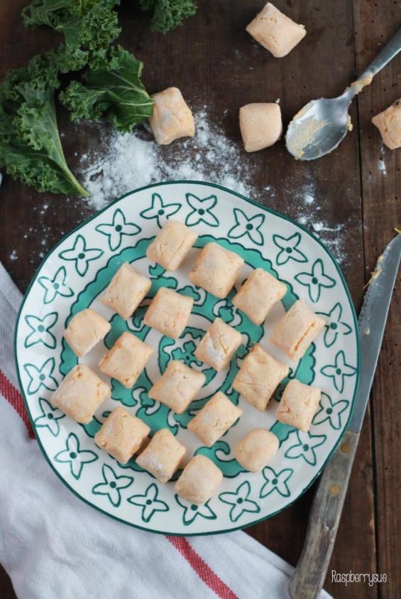 suesskartoffel-gnocchi-mit-gruenkohlchips-und-mazzetti