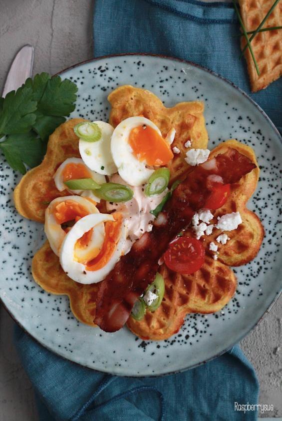 herzhafte-kaese-curry-waffeln-mit-bacon-und-ei